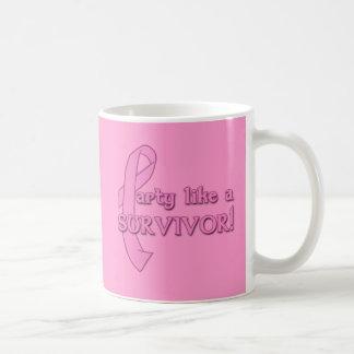 Fiesta como un superviviente con la cinta rosada taza