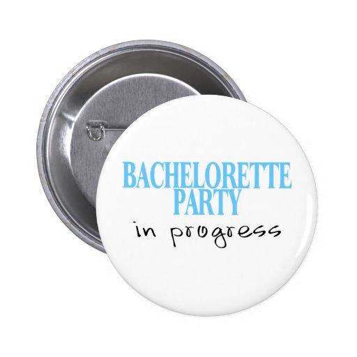 Fiesta de Bachelorette en curso (azul) Pin Redondo De 2 Pulgadas