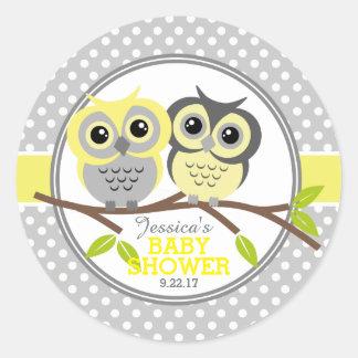 Fiesta de bienvenida al bebé adorable de los búhos pegatina redonda