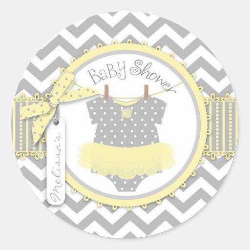 Fiesta de bienvenida al bebé amarilla de la impres etiqueta redonda