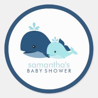 Fiesta de bienvenida al bebé de la ballena de la m pegatinas redondas