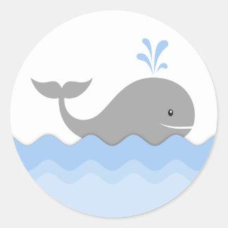 Fiesta de bienvenida al bebé de la ballena pegatina redonda