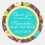 Fiesta de bienvenida al bebé de la moda del cochec etiqueta redonda