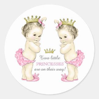 Fiesta de bienvenida al bebé gemela del chica etiquetas redondas