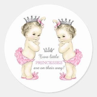 Fiesta de bienvenida al bebé gemela del chica etiqueta redonda