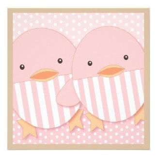 Fiesta de bienvenida al bebé gemela Ducky rosada d Anuncio Personalizado
