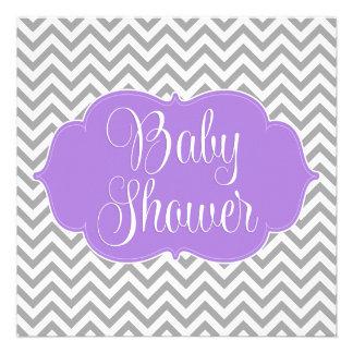 Fiesta de bienvenida al bebé gris púrpura moderna invitación personalizada