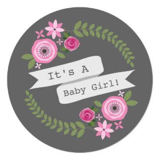 """Fiesta de bienvenida al bebé redonda floral rosada invitación 5.25"""" x 5.25"""""""