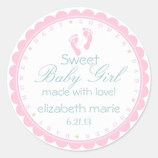 Fiesta de bienvenida al bebé rosada de las huellas pegatina redonda