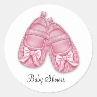 Fiesta de bienvenida al bebé rosada de los botines pegatinas redondas