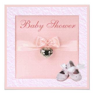 """Fiesta de bienvenida al bebé rosada de los zapatos invitación 5.25"""" x 5.25"""""""