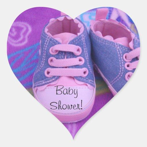 Fiesta de bienvenida al bebé rosada de los zapatos pegatina en forma de corazón
