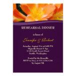 Fiesta de cena púrpura y anaranjado del ensayo invitacion personal