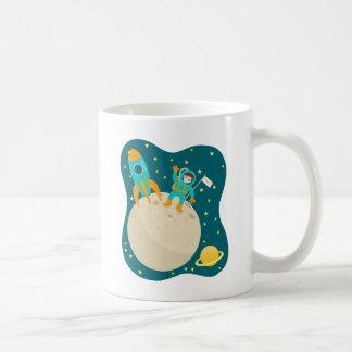 Fiesta de cumpleaños del niño del astronauta taza básica blanca
