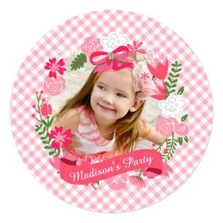 Fiesta de cumpleaños floral rosada femenina de la invitación 13,3 cm x 13,3cm