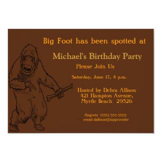 """Fiesta de cumpleaños grande de Sasquatch del pie Invitación 5"""" X 7"""""""