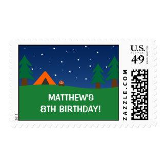 Fiesta de cumpleaños que acampa estampillas