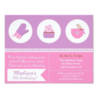 """Fiesta de cumpleaños rosada púrpura de la hornada invitación 4.25"""" x 5.5"""""""