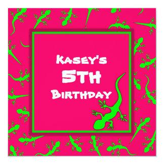 """Fiesta de cumpleaños rosada y verde del tema de invitación 5.25"""" x 5.25"""""""