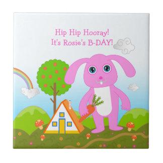 Fiesta del feliz cumpleaños con el conejo rosado azulejos ceramicos