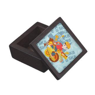 Fiesta del niño que anda en monopatín caja de recuerdo de calidad
