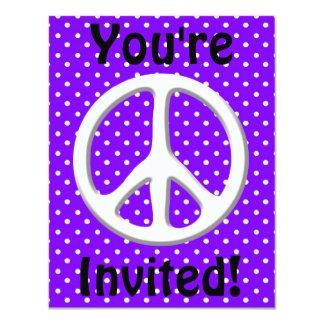 """Fiesta del signo de la paz en púrpura invitación 4.25"""" x 5.5"""""""