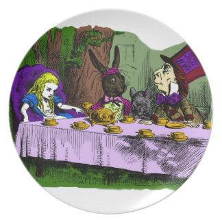 Fiesta del té enojada del sombrerero con la placa platos para fiestas