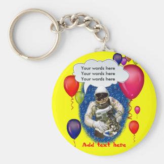Fiesta del tema del cumpleaños del astronauta llavero redondo tipo pin