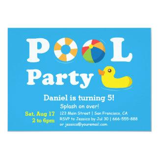 Fiesta en la piscina colorida del patio trasero