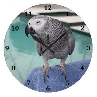 Fiesta en la piscina del gris africano reloj redondo grande