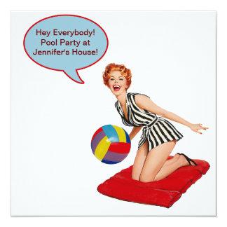"""Fiesta en la piscina retra de la pelota de playa invitación 5.25"""" x 5.25"""""""
