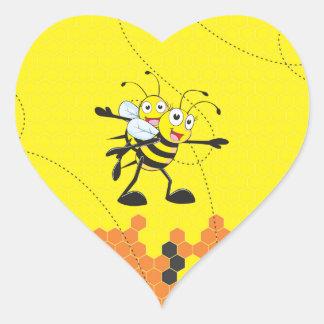 Fiesta feliz del hijo del papá de la abeja que pegatina en forma de corazón