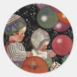 Fiesta, globos y juguetes de cumpleaños de los pegatina redonda