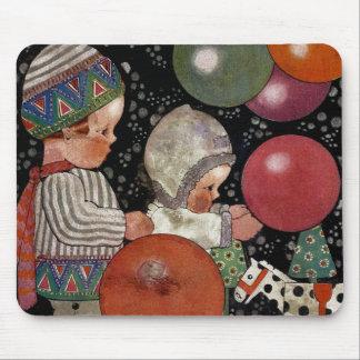 Fiesta, globos y juguetes de cumpleaños de los tapetes de raton