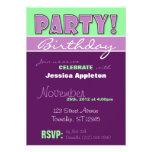 ¡FIESTA! Invitaciones púrpuras y verdes del cumple