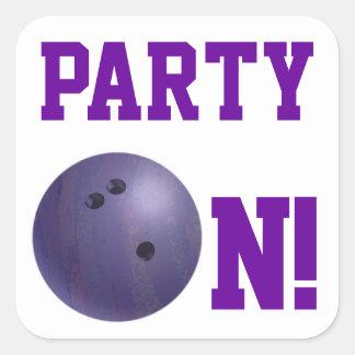 Fiesta púrpura de la bola de bolos en el pegatina