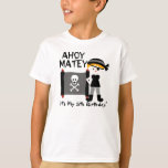 Fiesta rubio del muchacho como una camiseta del polera