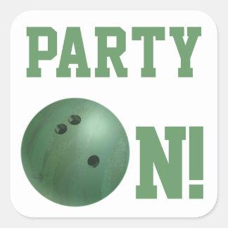 Fiesta verde de la bola de bolos en el pegatina