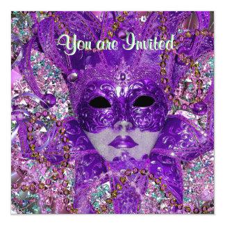 """Fiesta verde y púrpura de la mascarada invitación 5.25"""" x 5.25"""""""