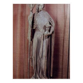 Figura alegórica de la iglesia que sostiene una cá tarjeta postal