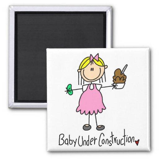 Figura bebé del palillo bajo construcción iman
