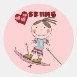 Figura camisetas y regalos del palillo del esquiad etiquetas redondas