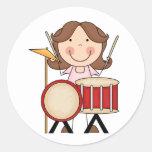 Figura chica del palillo con los tambores pegatina redonda