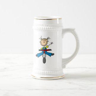 Figura chica del palillo que conduce una vespa jarra de cerveza