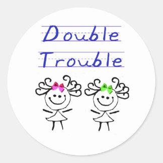 Figura chicas del palillo del gemelo etiqueta redonda