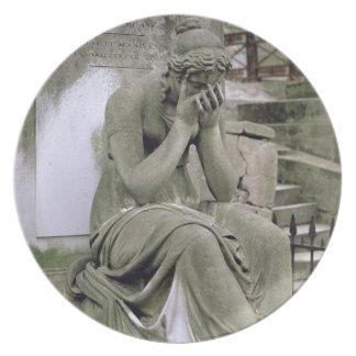 Figura de la pena, de la tumba de Pedro Gareau (d Plato De Cena