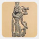 Figura de un hombre que sostiene un mono pegatina cuadrada