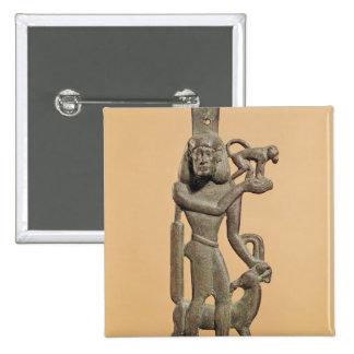 Figura de un hombre que sostiene un mono pins