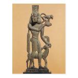 Figura de un hombre que sostiene un mono tarjeta postal
