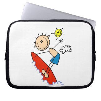 Figura del palillo del muchacho que practica surf funda computadora